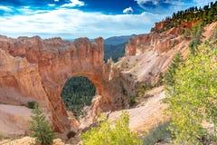 Weergeven op een natuurlijke arche, Bryce Canyon, Utah stock foto's