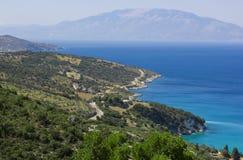 Weergeven op eilandkust door blauwe overzees wordt omringd die Landschap van hierboven stock fotografie