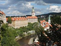 Weergeven op het grote kasteel van magische Cesky Krumlov royalty-vrije stock foto's