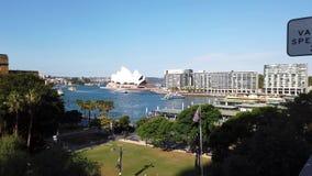 Weergeven op hoog niveau van Cirkelkade en Sydney Opera House, Australië stock video