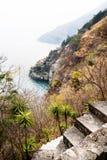 Weergeven op meer van Atitlan van het lopen van weg tussen Santa Cruz en Jaibalito, Lago DE Atitlan, Guatemala royalty-vrije stock foto