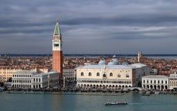Weergeven op Palazzo Ducale en San Marco Campanile vanaf de bovenkant van belltower van San Giorgio Magg stock afbeelding