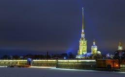 Weergeven op Peter en van Paul kerk op de winternacht, gloed van het zonsonderganglicht op de achtergrond, sankt-Peterburg royalty-vrije stock fotografie