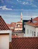 Weergeven op rode betegelde die daken van Budva-stad in Montenegro worden gevestigd royalty-vrije stock foto
