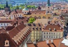 Weergeven over de daken van huizen op Lesser Side in Praag royalty-vrije stock afbeeldingen