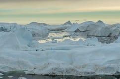 Weergeven over de ijsbergen in Ilulissat Icefjord, Groenland stock foto