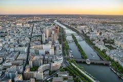 Weergeven over de Zegenrivier in Parijs van de Toren van Eiffel stock afbeeldingen