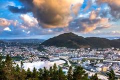 Weergeven over het stadscentrum van Bergen vanuit Floyfjellet-gezichtspunt bij de bovenkant van Onderstel Floyen bij zonsondergan royalty-vrije stock foto's