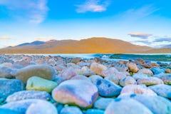 Weergeven over Meer Te ANau aan Murchison-Bergen vlak vóór zonsopgang royalty-vrije stock foto