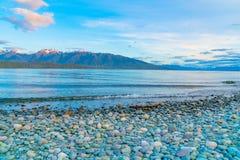 Weergeven over Meer Te ANau aan Murchison-Bergen vlak vóór zonsopgang royalty-vrije stock foto's