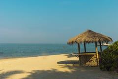 Weergeven van aardige exotische bamboehut op strand stock afbeeldingen