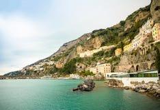 Weergeven van Amalfi cityscape op kustlijn van Middellandse Zee in de wintertijd, Italië royalty-vrije stock foto