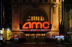 Weergeven van AMC-Imperium 25 theater op 42ste Straat, in Manhattan, bij nacht royalty-vrije stock afbeeldingen