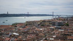 Weergeven van 25 April Bridge van een vooruitzicht in Lissabon royalty-vrije stock afbeelding
