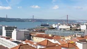 Weergeven van 25 April Bridge van een vooruitzicht in Lissabon royalty-vrije stock foto's