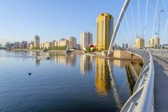 Weergeven van Astana-stad over de rivier van brug wordt genomen die royalty-vrije stock afbeelding
