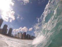 Weergeven van Barra da Tijuca & x27; s strand van binnenuit het overzees Golfkam met een mooie vorm, Rio de Janeiro - Brazilië stock foto's