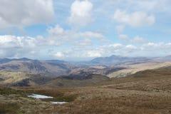Weergeven van berg in Meerdistrict Cumbria, het UK: meren en bergen, blauwe hemel en wolken stock afbeeldingen