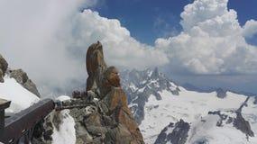 Weergeven van bergbeklimmers die op een rots dichtbij Aiguille du Midi in het Mont Blanc-massief, Frankrijk, Europa beklimmen stock afbeelding