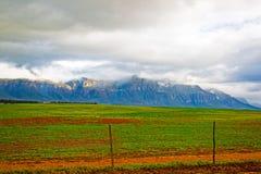 Weergeven van bergen met wolken en groen gebied stock foto's