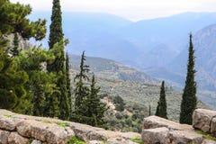 Weergeven van berghellings archeologische plaats van Oud Delphi Greece die neer in vallei en Tempel van hieronder Athena bekijken stock afbeeldingen