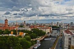 Weergeven van Berlijn, over moderne gebouwen en oude gebouwen stock fotografie