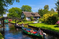 Weergeven van beroemd dorp Giethoorn met kanalen in Netherland stock foto