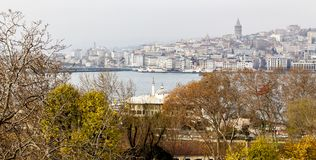 Weergeven van Beyoglu-district en Galata-toren middeleeuws oriëntatiepunt in Istanboel, Turkije stock foto
