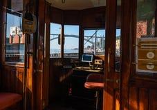 Weergeven van binnenuit van de bestuurdersruimte van de oude tram in porto stock foto's