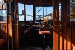Weergeven van binnenuit van de bestuurdersruimte van de oude tram in porto stad royalty-vrije stock afbeelding