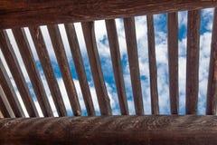 Weergeven van blauwe hemel en wolken door rooster over blootgestelde vigas, adobebouw stock afbeeldingen