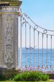 Weergeven van Bosphorus door het witte rooster van het Dolmabahche-Paleis Istanboel, Turkije royalty-vrije stock afbeelding