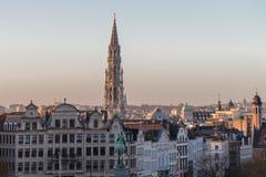 Weergeven van Brussel, hoofdstad van België, en Stadhuistoren in mooie vroege avond stock afbeelding