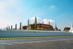 Weergeven van buiten Koninklijke Tempel van Thailand met duidelijke blauwe hemel royalty-vrije stock afbeelding