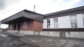 Weergeven van buitenkant van kleine fabriek actie Voorgevel van de oude bouw van kleine onderneming voor verwerking of productie  stock footage