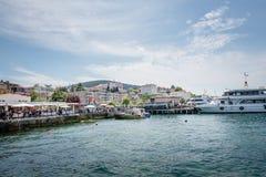 Weergeven van Buyukada (groot eiland) van overzeese veerboot, Istanboel, Turkije royalty-vrije stock foto's