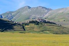 Weergeven van Castelluccio van Norcia in Umbria Italy stock fotografie