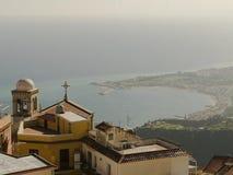 Weergeven van Castelmola Italië met de kust op de achtergrond royalty-vrije stock afbeelding
