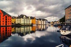 Weergeven van centrum van Alesund, Noorwegen tijdens een bewolkte dag met bezinning stock foto