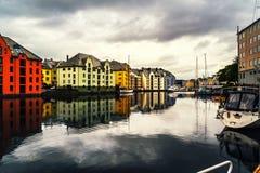 Weergeven van centrum van Alesund, Noorwegen tijdens een bewolkte dag met bezinning royalty-vrije stock afbeelding