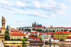 Weergeven van Charles Bridge op Lesser Town van Praag royalty-vrije stock afbeeldingen
