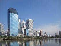 Weergeven van cityscape en vijver van Benjakiti-park, Bangkok, Thailand stock afbeeldingen