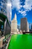 Weergeven van cityscape naast een geverfte groene Rivier van Chicago royalty-vrije stock fotografie