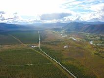 Weergeven van de aard en de dorpen van Chukotka van hoogte van de helikopter stock foto
