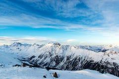 Weergeven van de Alpiene bergen in de ochtend in de skitoevlucht van stock afbeeldingen