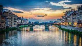 Weergeven van de Arno-rivier, Florence en de St Drievuldigheidsbrug Florence, Italië royalty-vrije stock afbeeldingen