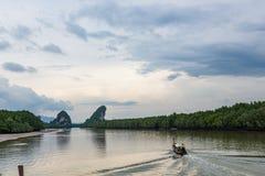 Weergeven van de baai met de rotsenwachten Phuket, Thailand royalty-vrije stock foto's