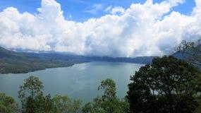 Weergeven van de Batur-Bergen en het meer Bij de plaats van de natuurlijke hete lentes onder de Batur-vulkaan, in de Kintamani-be royalty-vrije stock foto