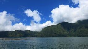 Weergeven van de Batur-Bergen en het meer Bij de plaats van de natuurlijke hete lentes onder de Batur-vulkaan, in de Kintamani-be royalty-vrije stock afbeeldingen