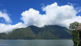 Weergeven van de Batur-Bergen en het meer Bij de plaats van de natuurlijke hete lentes onder de Batur-vulkaan, in de Kintamani-be stock afbeelding